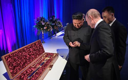 """25 апреля Владимир Путин и Ким Чен Ын провели свою первую встречу во Владивостоке, закончившуюся торжественным приемом и <a href=""""https://www.rbc.ru/rbcfreenews/5cc1890d9a79473b655632d1"""">обменом подарками</a>. Северокорейский лидер подарил Путину меч, а тот, в свою очередь, передал Ким Чен Ыну шашку. Кроме того, глава российского государства рассказал своему коллеге, что в России не принято дарить оружие, после чего лидеры символически обменялись монетками"""