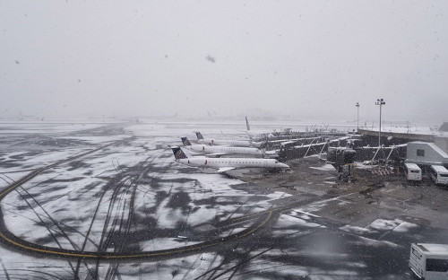 Из-за снежного шторма авиасообщение на восточном побережье оказалось нарушено