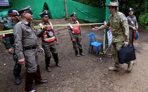 <p>В спасательной операции участвуют представители разных стран, в том числе полицейские и военные из Австралии</p>