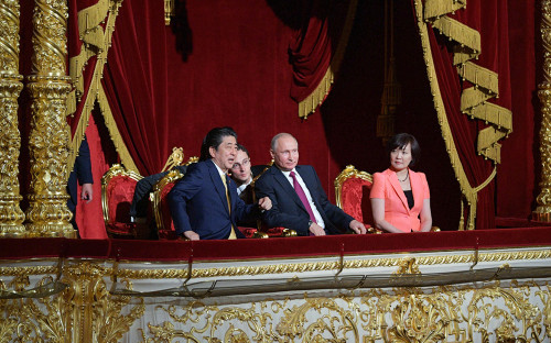 <p>Синдзо Абэ и Владимир Путин на церемонии открытия перекрестного года Японии и России в Большом театре</p>