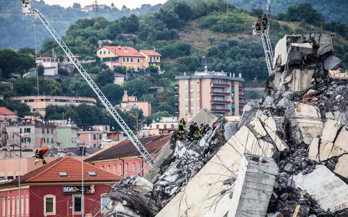 <p>Соединяющий две части Генуи мост, построенный в 1960-х годах, обрушился во вторник в середине дня</p>