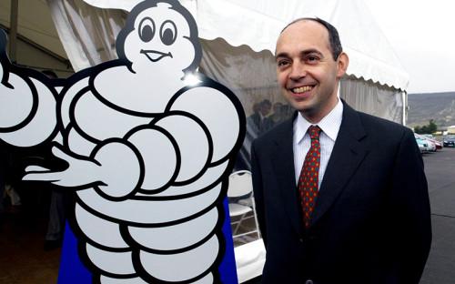 """<p><strong><span style=""""font-size:16px;"""">Эдуард Мишлен</span></strong></p>  <p><span style=""""color:#800000;""""><strong><span style=""""font-size:14px;"""">Глава французского производителя шин Michelin</span></strong></span></p>  <p>&nbsp;</p>  <p>Разбился в мае 2006 года во время ночной рыбалки на яхте в Атлантическом океане. Наследник семейной империи, принявший ее у Франсуа Мишлен, руководил шинным гигантом семь лет, за это время была существенно расширена продуктовая линейка, а сама компания стала более прозрачной. После его смерти компанию возглавил Мишель Ролье.</p>"""