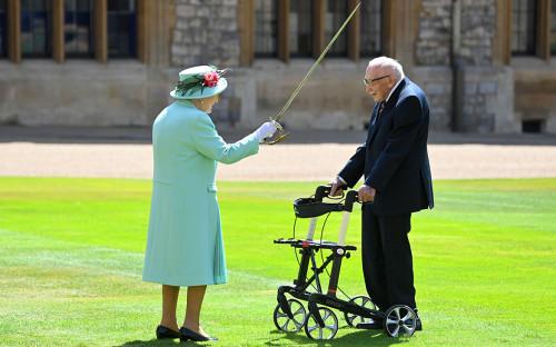 Елизавета II и Том Мур