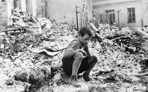 """<p>Согласно последнему <a href=""""https://www.welt.de/politik/ausland/article167319391/Polens-Regierung-prueft-Reparationsforderungen-an-Deutschland.html"""">заявлению</a> немецкого правительства, вопрос о репарациях Польше был решен в 1953 году, когда страна не пожелала получать какие-либо компенсации от Германии. Тогда Польша под давлением Советского союза отказалась от своего права на военные репарации, однако после воссоединения Германии Польша снова стала их требовать.</p>  <p>В 1992 году правительства Польши и Германии основали <a href=""""http://www.fpnp.pl/fundacja/ofpnp_en.php"""">Фонд польско-германского примирения</a>, в результате деятельности которого Германия заплатила польской стороне свыше 4,7 млрд злотых (&euro;1,3 млрд). В 2004 году материальная компенсация <a href=""""http://www.dw.com/en/poles-vote-to-seek-war-reparations/a-1324630-1"""">оценивалась</a> в &euro;525 млрд ($640 млрд).</p>  <p>В августе 2017 года&nbsp;Польша вновь <a href=""""http://www.rbc.ru/rbcfreenews/5981a7169a79474a22a748f0"""">подняла</a> вопрос о взыскании с ФРГ компенсаций за военные потери.</p>"""