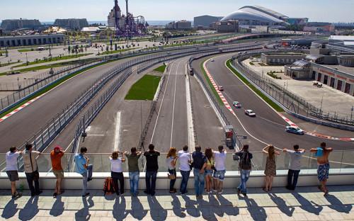 """<p style=""""margin-bottom: 0cm"""">Зрители смотрят за ходом тестовой гонки на трассе, где с 10 по 12 октября пройдет первое в России Гран-при &laquo;Формулы&ndash;1&raquo;.</p>"""