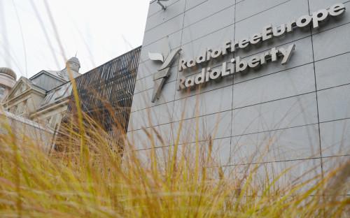 Вывеска на здании штаб-квартиры международной радиовещательной организации «Радио Свободная Европа/Радио Свобода» в Праге