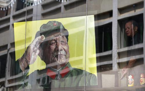 """<p><span style=""""font-size:16px;""""><strong>&laquo;Архитектор реформ&raquo; Дэн Сяопин</strong></span></p>  <p>&nbsp;</p>  <p>В 1978 году деятель Коммунистической партии Китая Дэн Сяопин вместе с соратниками начал реализацию политики реформ, нацеленной на открытость внешнему миру, построение социалистической рыночной экономики и создание общества &laquo;малого благосостояния&raquo;.</p>  <p>В большинстве секторов экономики роль правительства была уменьшена, руководителям было дано больше управленческих полномочий, увеличилась роль частного сектора. КНР разрешила международную торговлю и прямые иностранные инвестиции. Данные инициативы повысили уровень жизни большинства населения Китая и позже позволили поддержать комплексные реформы.</p>  <p>С увеличением доходов, стимулов, заметного роста в сфере услуг и расцвета в промышленном секторе в КНР начали проявляться некоторые черты общества потребления.</p>"""