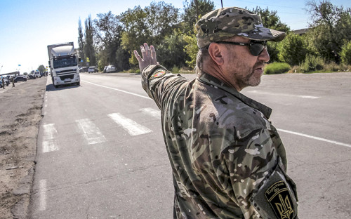 Активисты «Правого сектора» блокируют трассу у пункта пропуска «Чонгар» дляпрепятствования прохождения грузового транспорта, перевозящего товары вКрым
