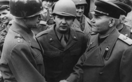 <p>Конев и Брэдли во время встречи на Эльбе в штабе 1-го Украинского фронта.&nbsp;Германия, г. Торгау, апрель 1945 г.</p>