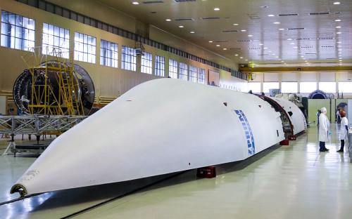 Сотрудники в цехе сборки семейства ракет-носителей «Ангара»