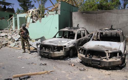 Афганский военный возле места атаки талибовв Газни, Афганистан.15 августа 2018 года
