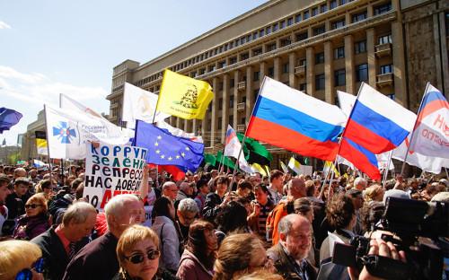 Начало акции было задержано наполчаса из-затого,чтосотрудники полиции убрали часть оформления сцены, втом числе баннеры «Хватит Путина» и«Болотное дело—позор России».