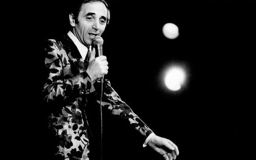 """<p>Шахнур Вагенаг Азнавурян родился в 1924 году во Франции в семье армянских эмигрантов. В Париже его родители ожидали визу в США, но после рождения сына решили остаться в&nbsp;французской столице. Впервые на сцену Азнавур попал уже в девять лет &mdash; тогда&nbsp;же появился сценический псевдоним Шарль Азнавур, а в 1936-м мальчик дебютировал в кино.</p>  <p>В начале 40-х Азнавур начал выступать вместе с Пьером Рошем в парижских клубах и варьете. &laquo;[Во время Второй мировой войны]&nbsp;я делал спектакли &lt;&hellip;&gt;, продолжал жить своей профессией, вот и все. Знаете, когда ты ребенок или когда молодой, жизнь всегда прекрасна, в этом дело. Это не очень красиво звучит, но можно сказать, время украшается занятием. Время украшалось занятием, потому что я был молодой&raquo;, &mdash; <a href=""""https://www.youtube.com/watch?v=aHJVc4FP-XI"""">рассказывал</a> он в одном из интервью</p>"""