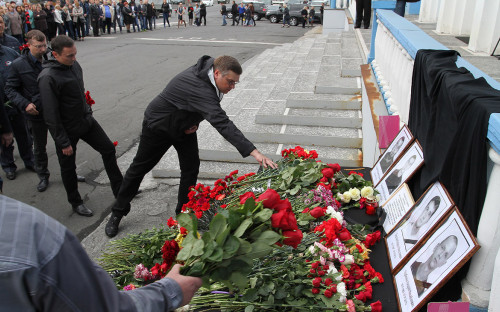 Цветы в память о погибших горняках. Рудник «Заполярный». Июль 2017 года