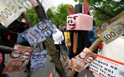 Около полутысячи антиглобалистов прошли в четверг вечером маршем по одноименной столицеканадской провинции Квебекв знак протеста против саммита «Большой семерки». Он пройдет неподалеку от Квебека, в курортном городке Ла-Мальбе.