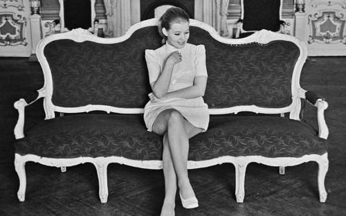 <p>Людмила Сенчина родилась в 1950 году в селе Кудрявцы Украинской СССР. Ее мать была учительницей, а отец &mdash; директором дома культуры. Окончив среднюю школу, Сенчина уехала в Ленинград, где поступила на отделение музыкальной комедии Музыкального училища им. Н.А.Римского-Корсакова при Ленинградской консерватории.</p>