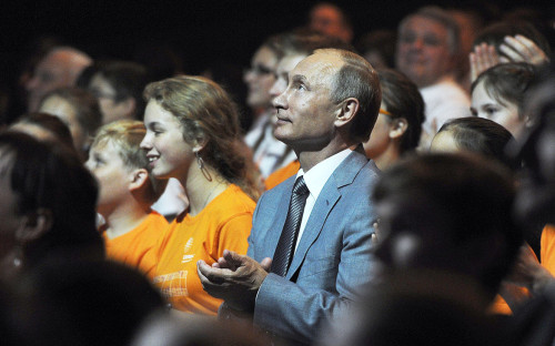 Владимир Путин с воспитанниками образовательного центра для одаренных детей «Сириус»