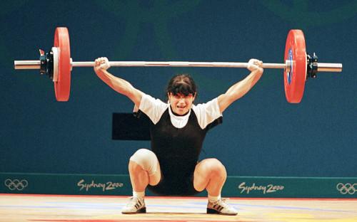 """<p>На Играх 2000 года в Сиднее разразился скандал, когда сразу трое тяжелоатлетов попались на допинге и лишились медалей. Одной из них была Изабелла Драгнева, завоевавшая золото в весовой категории до 48&nbsp;кг. В ее организме <a href=""""https://lenta.ru/news/2000/09/22/doping/"""">были обнаружены</a> диуретики &mdash; мочегонные препараты, позволяющие снизить вес и скрыть другие запрещенные средства.</p>"""