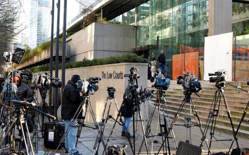 Журналисты перед зданием судав Ванкувере