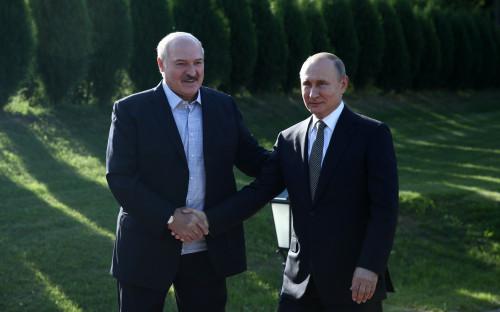 Александр Лукашенко (слева) и Владимир Путин (справа)