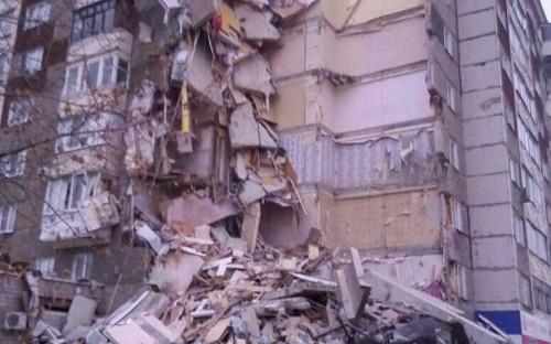 """<p>Об обрушении части многоэтажного дома в Ижевске стало известно около 16:00&nbsp;мск. Как <a href=""""http://ria.ru/"""">сообщило</a> &laquo;РИА Новости&raquo; со ссылкой на МЧС, обрушилась часть дома с первого по девятый этаж.</p>"""