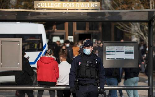 <p>Обстановка у школы во французском городе Конфлан-Сент-Онорин</p>