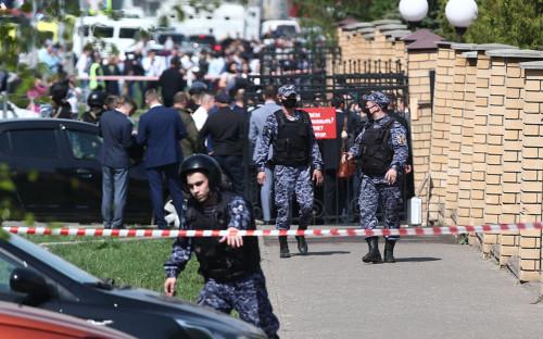 Сотрудники правоохранительных органов у школы № 175 в Казани