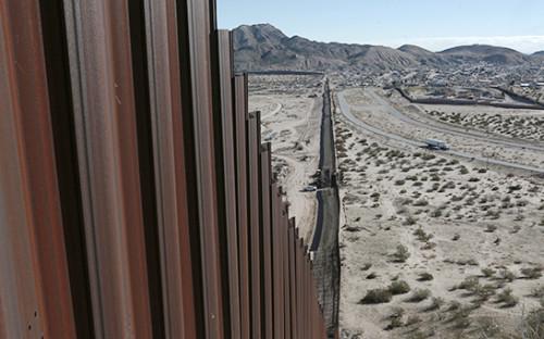 <p>Стена на&nbsp;границе между&nbsp;США и&nbsp;Мексикой</p>  <p></p>