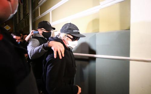 <p>Михаил Ефремов (справа), доставленный по месту прописки для отбывания домашнего ареста</p>