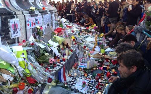 Парижане возлагают цветы к статуе Республики в память о жертвах террористической атаки