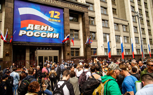 Пикет начался утром, поданным активистки «Яблока» Юлии Галяминой, внем участвуют 400 человек.