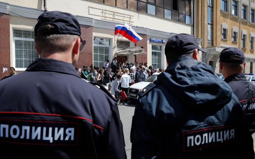 <p>Сотрудники полиции у предвыборного штаба оппозиционера Алексея Навального</p>
