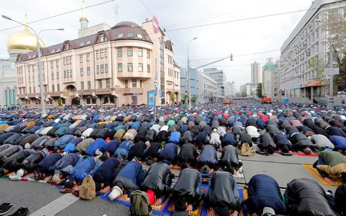 Мусульмане у Московской соборной мечети, недалекоотпроспекта Мира, совершают намаз вдень празднования Курбан-байрама