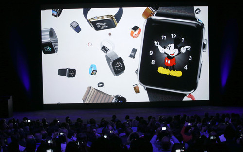 <p><strong>Apple Watch</strong></p>  <p>Apple Watch точно появятся на рынке: компания&nbsp;представила тестовый образец &laquo;умных&raquo; часов в сентябре, а готовую версию обещает показать в начале 2015 года. Водонепроницаемый гаджет будет заряжаться с помощью беспроводного зарядного устройства. Специальным поворотным колесом можно будет прокрутить меню или увеличить изображение. А сенсорный дисплей будет распознавать прикосновения разной интенсивности и посредством них выполнять разные указания. В Apple Watch встроен фитнес-трекер, модуль NFC для беспроводных платежей, гироскоп и акселерометр (приборы, определяющие пространственное положение объекта). Часы будут подключаться к iPhone по Bluetooth и Wi-Fi.</p> <em>На фото: презентация компании Apple, Купертино, Калифорния, 9 сентября 2014 года.</em>