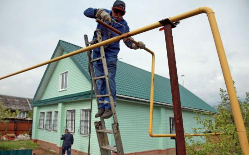 Сварка газовых труб во время газификации загородного дома