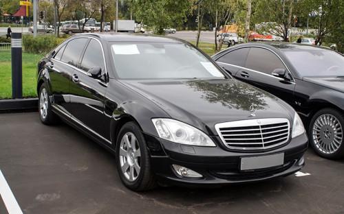 """<p><span style=""""color:#800000;""""><strong>Mercedes-Benz S&nbsp;500</strong></span></p>  <p><strong>Количество автомобилей у&nbsp;депутатов: <span style=""""color:#800000;"""">27</span></strong></p>  <p><strong>Минимальная цена: <span style=""""color:#800000;"""">6 500 000&nbsp;руб.</span></strong></p>  <p><strong>Владельцы: </strong></p>  <p>Александр <span class=""""js-spell-error"""">Терентьев</span> (&laquo;Справедливая Россия&raquo;), комитет ГД&nbsp;по земельным отношениям и&nbsp;строительству</p>  <p>Супруга Сергея <span class=""""js-spell-error"""">Жигарева</span> (2 автомобиля) (ЛДПР), первый заместитель председателя комитета ГД&nbsp;по обороне, член комиссии ГД&nbsp;по рассмотрению расходов федерального бюджета, направленных на&nbsp;обеспечение национальной обороны, национальной безопасности и&nbsp;правоохранительной деятельности, заместитель председателя комиссии ГД&nbsp;по правовому обеспечению развития организаций оборонно-промышленного комплекса РФ</p>  <p>Михаил Сердюк (&laquo;Справедливая Россия&raquo;), комитет ГД&nbsp;по бюджету и&nbsp;налогам</p>  <p><span class=""""js-spell-error"""">Мартин</span> <span class=""""js-spell-error"""">Шаккум</span> (&laquo;Единая Россия&raquo;), первый заместитель председателя комитета ГД&nbsp;по земельным отношениям и&nbsp;строительству, член комиссии ГД&nbsp;по строительству зданий и&nbsp;сооружений, предназначенных для размещения Парламентского центра</p>  <p>Юрий <span class=""""js-spell-error"""">Напсо</span> (ЛДПР), первый заместитель председателя комитета ГД&nbsp;по гражданскому, уголовному, арбитражному и&nbsp;процессуальному законодательству</p>  <p>Леонид <span class=""""js-spell-error"""">Симановский</span> (&laquo;Единая Россия&raquo;), заместитель председателя комитета ГД&nbsp;по бюджету и&nbsp;налогам</p>  <p>Алексей <span class=""""js-spell-error"""">Лысяков</span> (&laquo;Справедливая Россия&raquo;), комитет ГД&nbsp;по вопросам семьи, женщин и&nbsp;детей</p>  <p>Эдуард <span class=""""js-spell-error"""">Маркин</span> (ЛДПР), заместитель председателя комитета ГД&"""