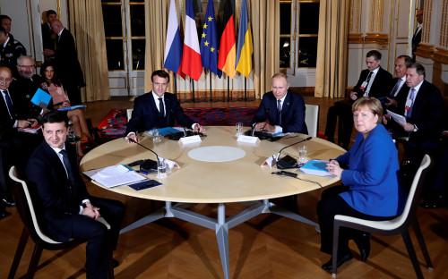 Президент Украины Владимир Зеленский, президент Франции Эмманюэль Макрон, президент России Владимир Путин и канцлер Германии Ангела Меркель во время саммита «лидеров «нормандской четверки»