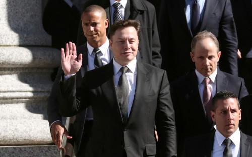 Илон Маск (в центре)