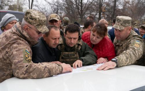 Владимир Зеленский (в центре) в Донбассе