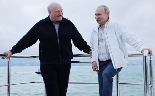 Владимир Путин (справа) и президент Белоруссии Александр Лукашенко