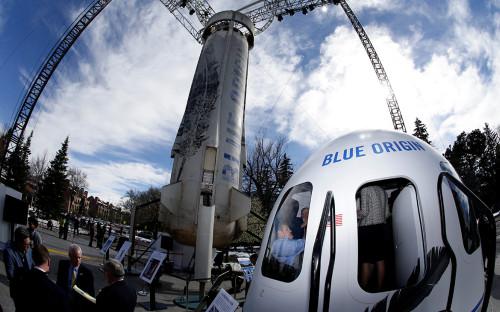 Капсула для экипажа и ракета-носительBlue Origin New Shepard на космическом симпозиуме в Колорадо-Спрингс. 2017 год