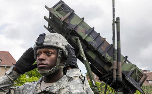 <p>Американский солдат рядом&nbsp;с&nbsp;зенитно-ракетным комплексом &laquo;Пэтриот&raquo; в&nbsp;Польше, 2010 год</p>