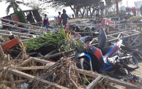 Руины магазина вблизи пляжа на острове Сулавеси