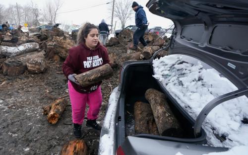 Жители Техаса собирают дрова для отопления домов