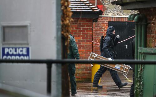 <p>Полицейские Великобритании обыскивают место, которое посещал Сергей Скрипаль перед отравлением. Апрель 2018 года</p>  <p></p>