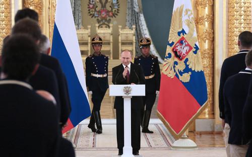 <p>Президент РФ Владимир Путин (в центре) на&nbsp;встрече с&nbsp;олимпийской сборной России в&nbsp;Александровском зале Большого Кремлевского дворца</p>