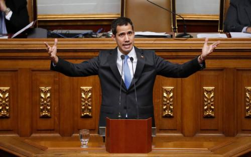 Хуан Гуаидо (в центре) выступает перед парламентом Венесуэлы
