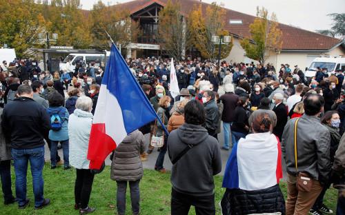 Обстановка у школы во французском городе Конфлан-Сент-Онорин