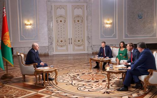 <p>Александр Лукашенко во время интервью представителям российских СМИ</p>