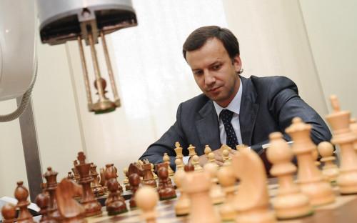 <p>Аркадий Дворкович во время шахматного матча с роботом.&nbsp;9 июня 2010 года</p>